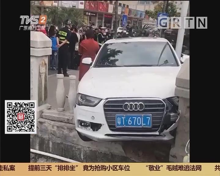 中山:女司机撞摩托 刹车不及险落河