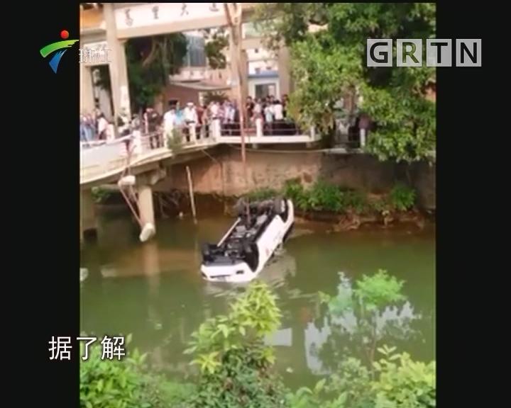 佛山:小车冲进河涌 众人成功施救