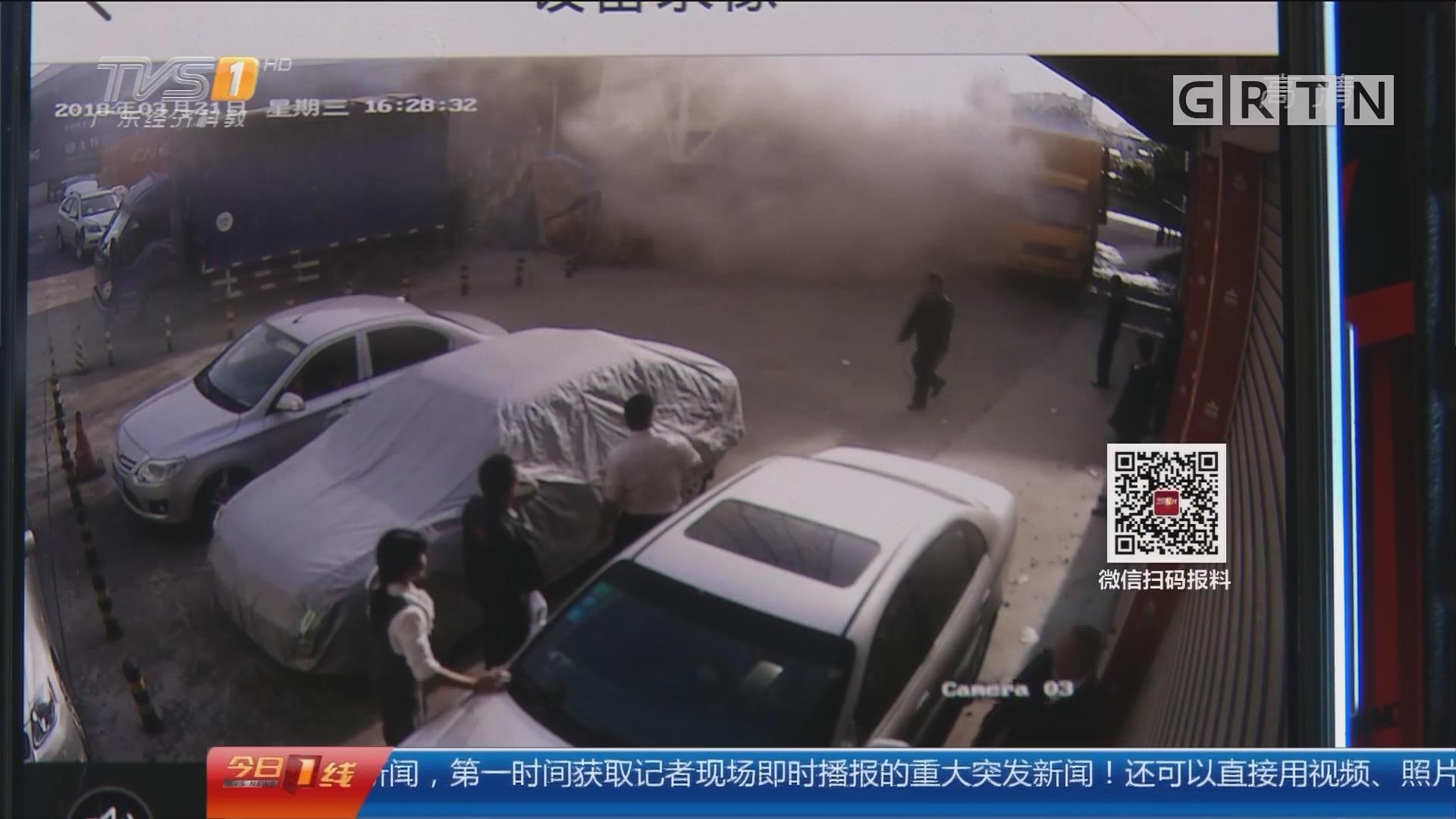 广州:快递货车突自燃 数千快递烧光了