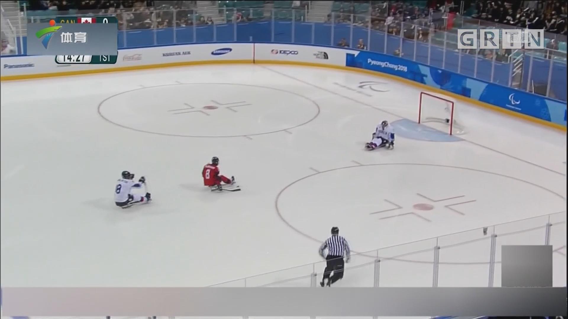 加拿大队与美国队会师雪橇冰球决赛