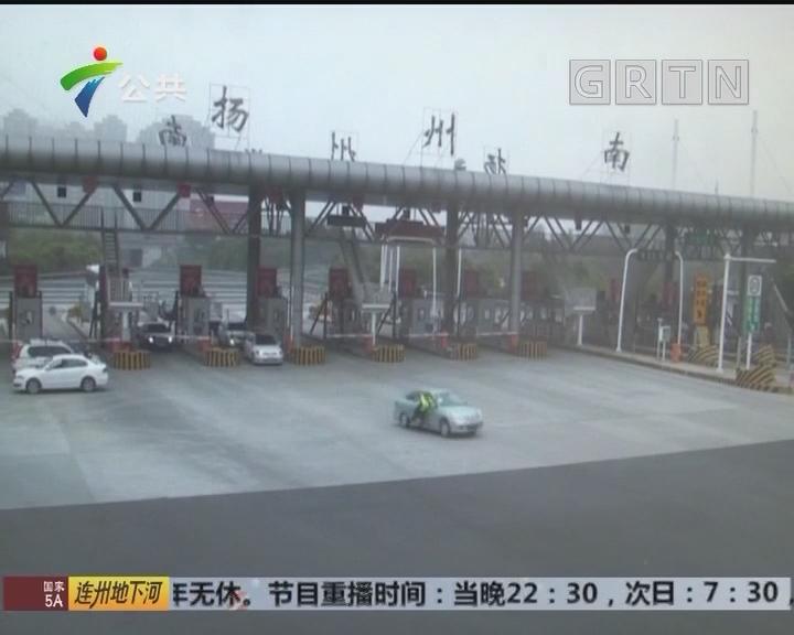 无牌轿车强冲卡 交警被拖行数十米