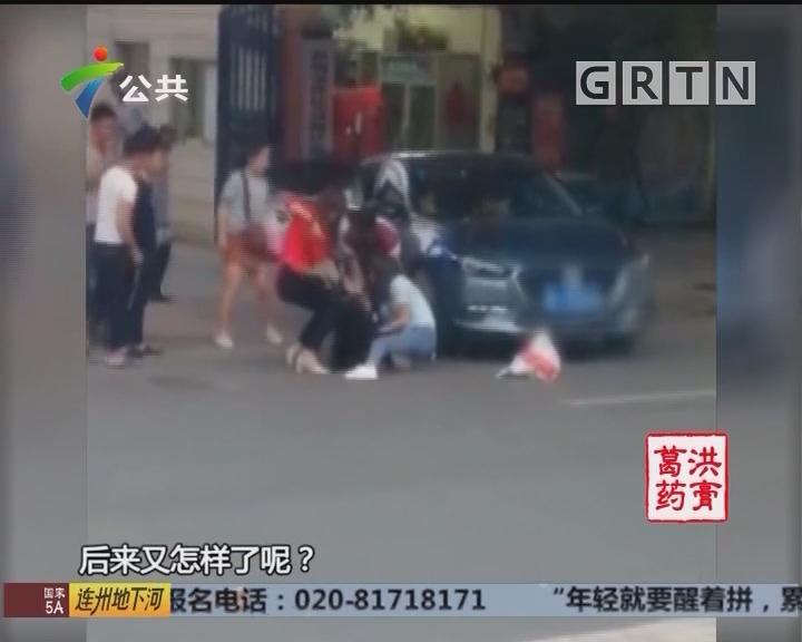 惠州:女子街头晕倒 路人合力相救