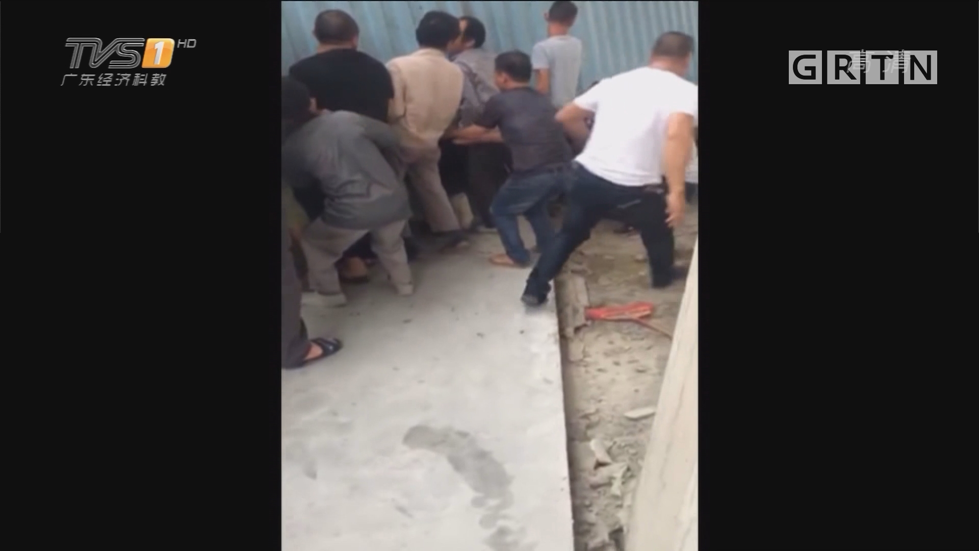 潮州潮安:集装箱侧翻女子被压 近百街坊抬箱救人