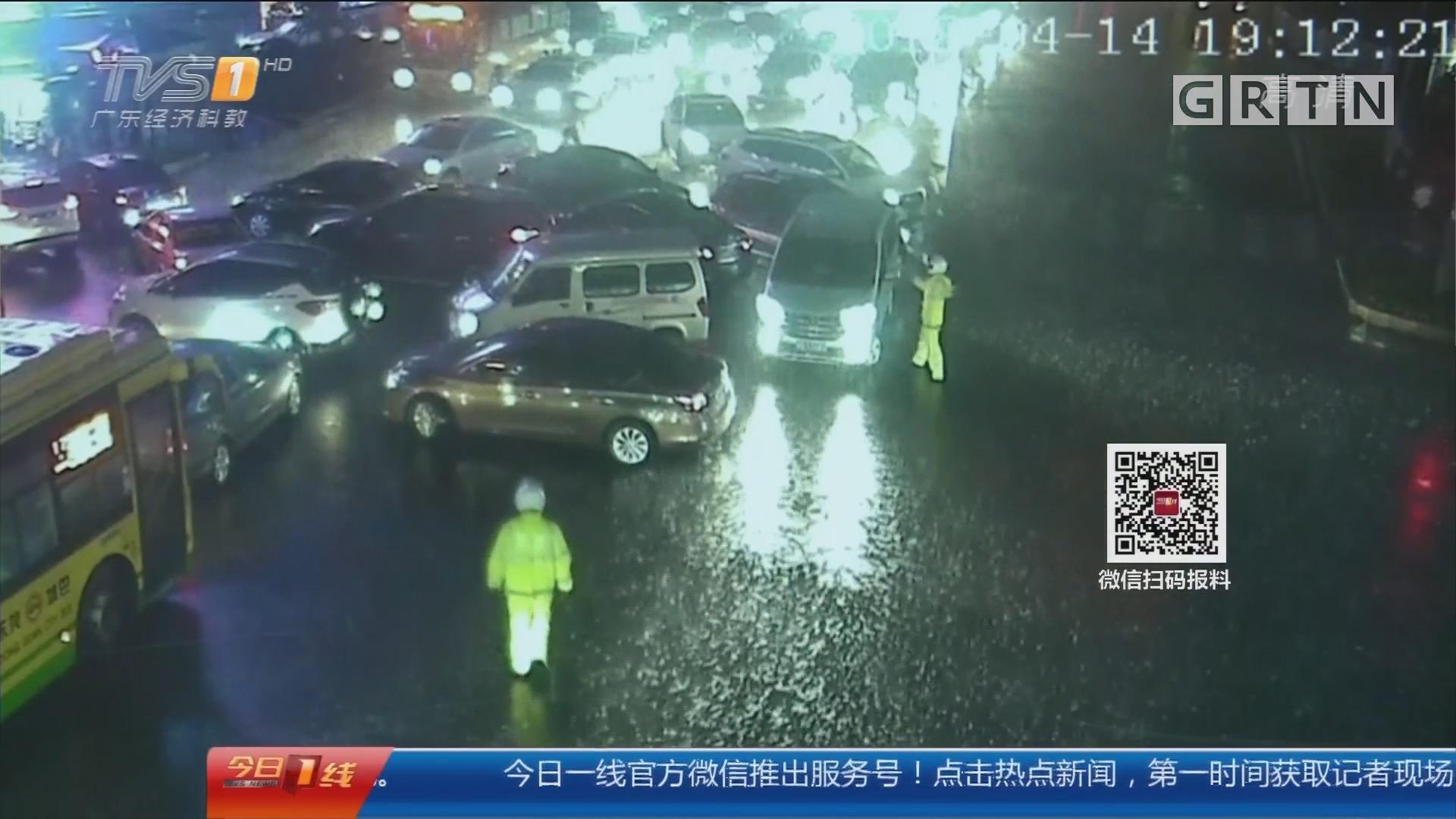 """东莞:暴雨突袭!轿车秒变""""船""""漂走"""