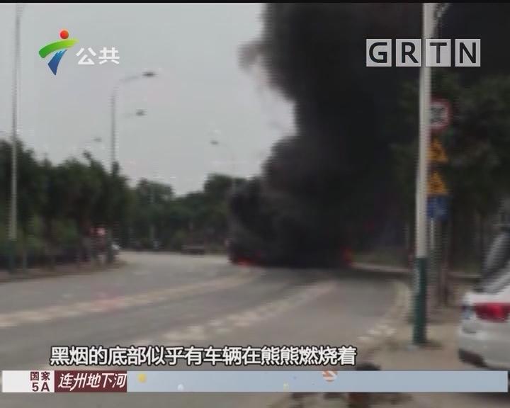 广州:摩托车撞泥头车起火 现场浓烟滚滚