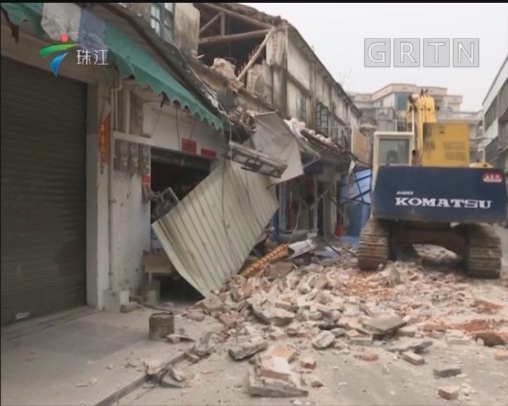 江门:老旧店铺突然坍塌 一人险被砸伤