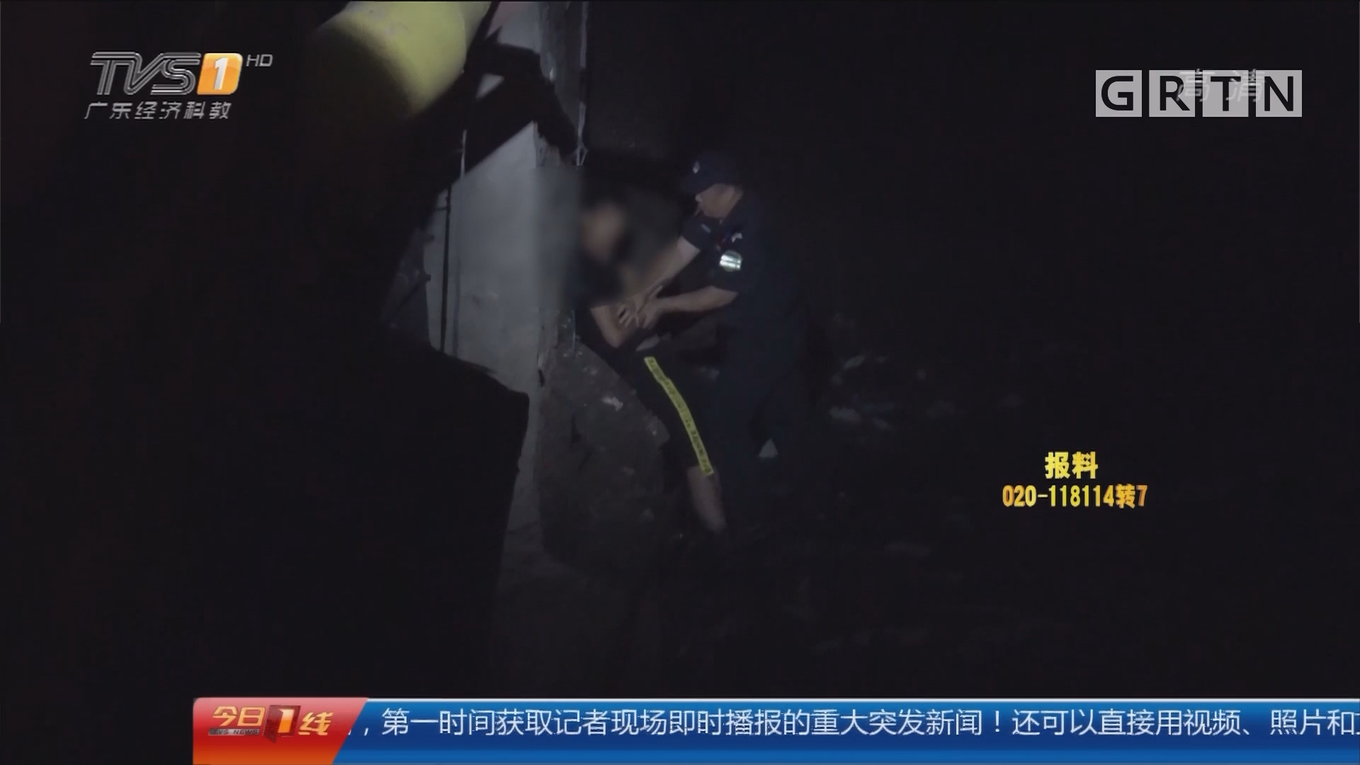 深圳宝安区:男子酒后持剪刀跑进河涌 消防苦劝