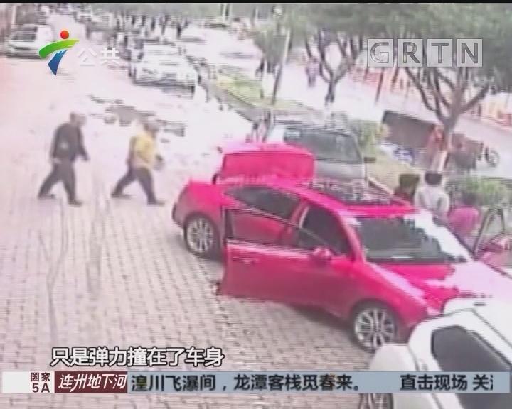 广州:工地钢板突然坠落 三轮车险被砸中