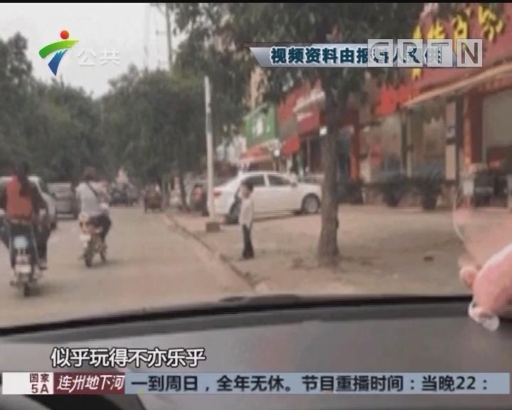 惠州:男童捡起路边石块 扔向车辆