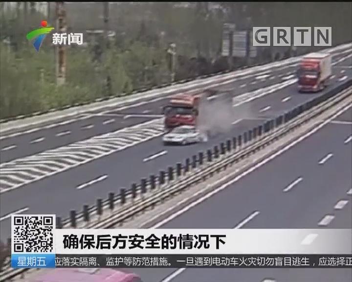 山东:轿车被货车推出百米 尾部成废铁