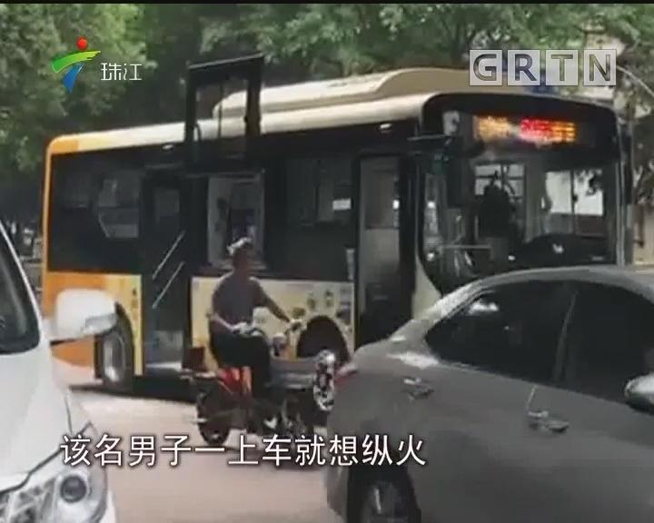 广州:男子公交车上纵火 被警方及时控制