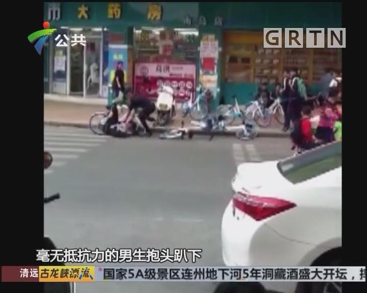 街坊报料:两男子发生冲突 当街拳脚相向