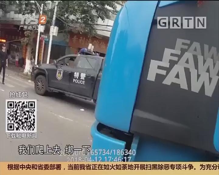 过街电缆断裂拦路 民警托举捆扎