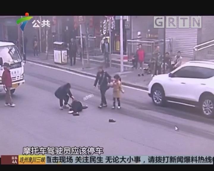 撞倒老人夺路逃 民警奋勇拦截众人相帮