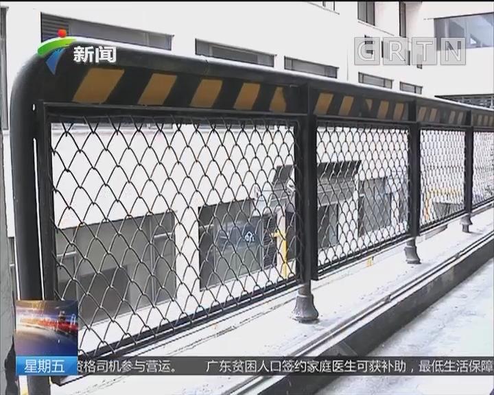 小车坠楼追踪 质疑:金属护栏不牢固 承受不起车撞?