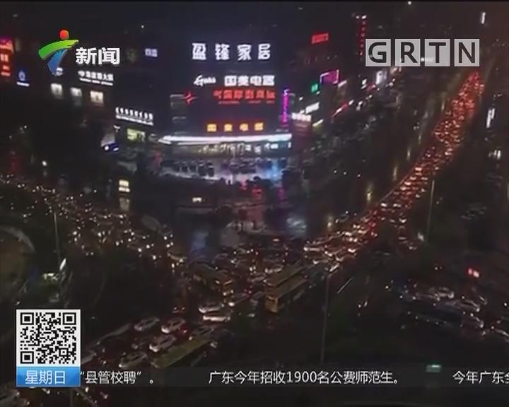"""暴雨突袭东莞:暴雨突袭!路口堵车大排""""长龙"""""""
