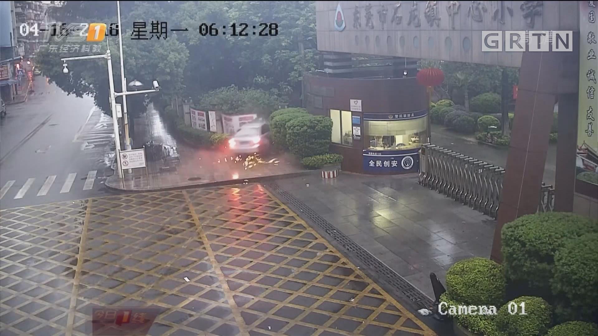 东莞石龙:小轿车撞穿围栏冲入校园 太惊险!