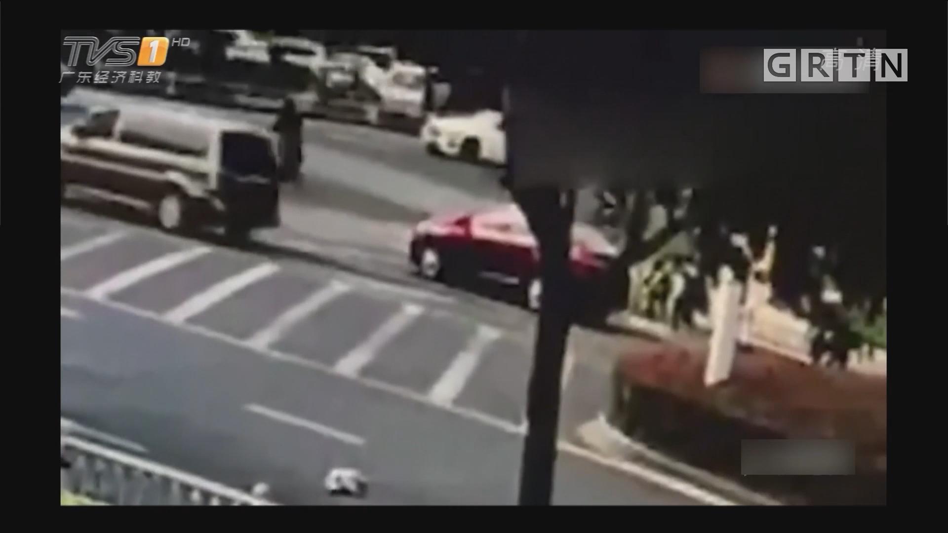 江苏:转弯太急甩出婴儿 司机不知径直离去