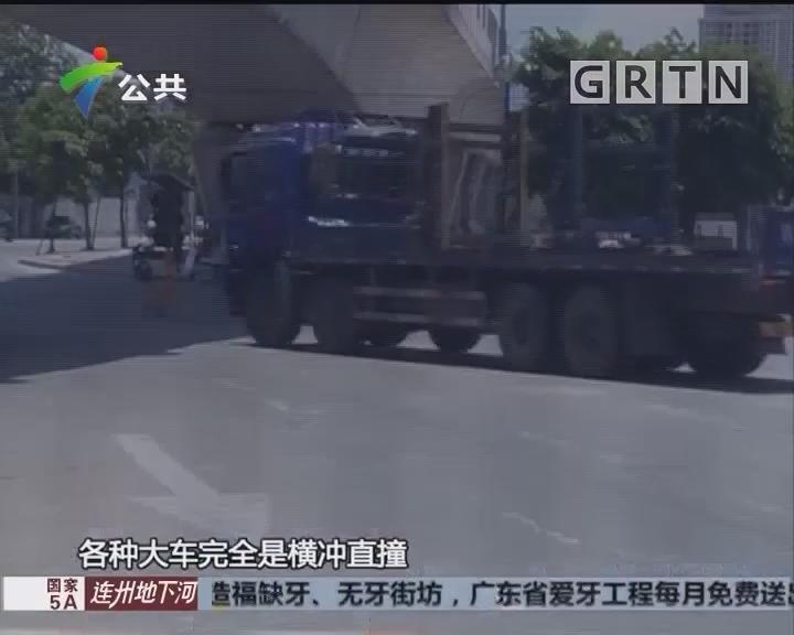中山:两车发生侧翻 压到摩托车