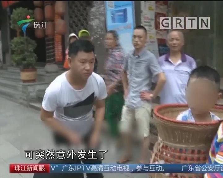 幼儿戴金吊坠被抢 警方展开调查