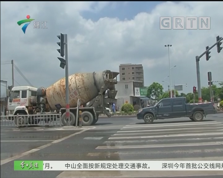 揭阳:水泥车闹市起火 路过洒水车救了它