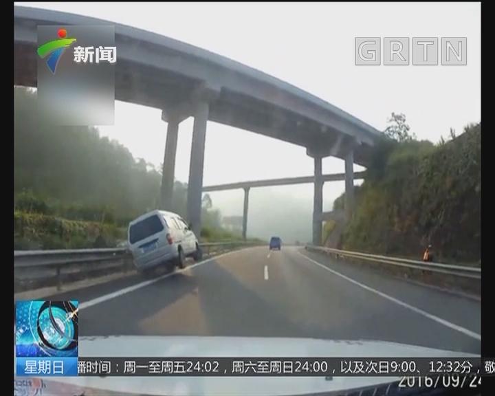 儿童乘车安全:面包车被追尾 两名儿童甩出车外一死一伤