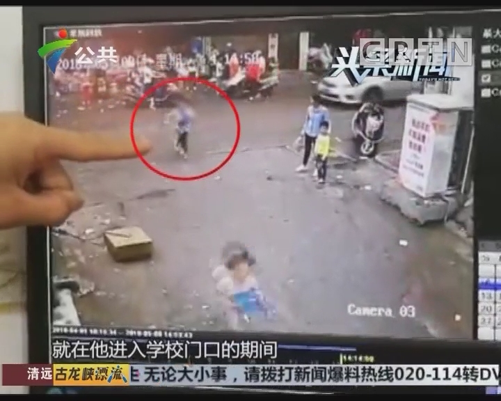 云浮:学生被卷入车底 老师家长抬车救人