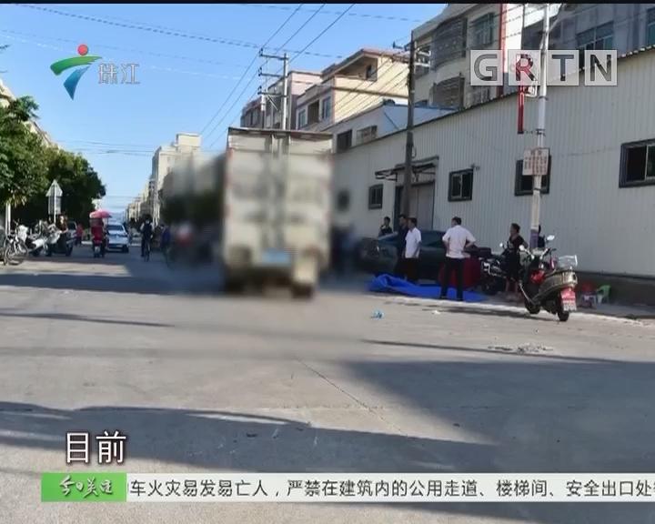 母亲骑车载俩娃 放学途中被货车撞飞