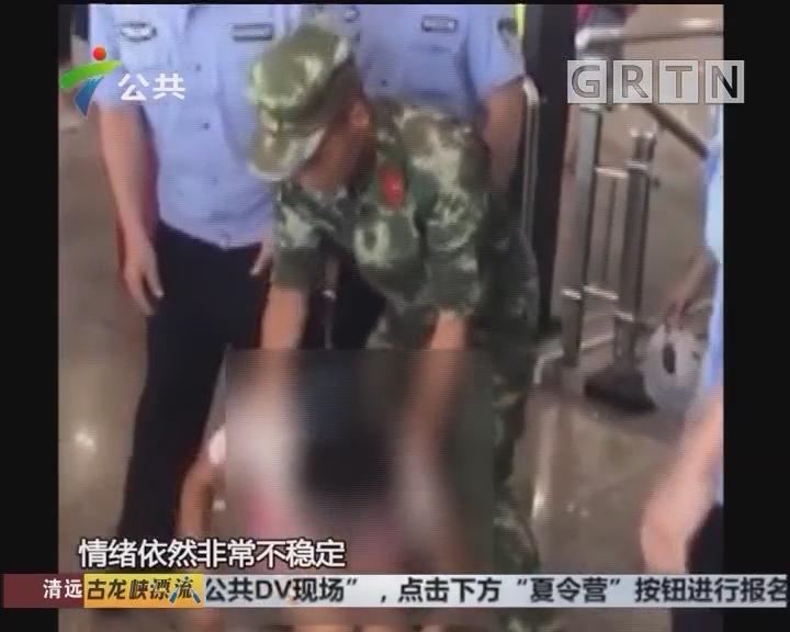 广州:女子高台上情绪激动 边防官兵紧急救援