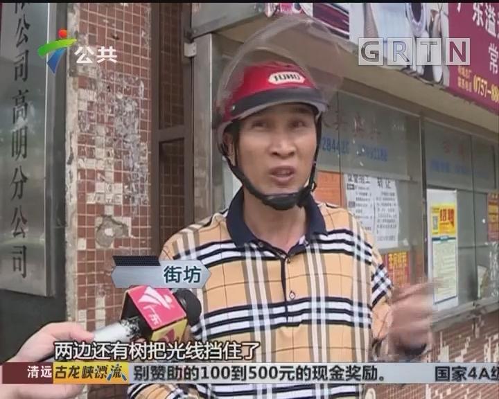 佛山:女子被压车底 街坊合力抬车救人