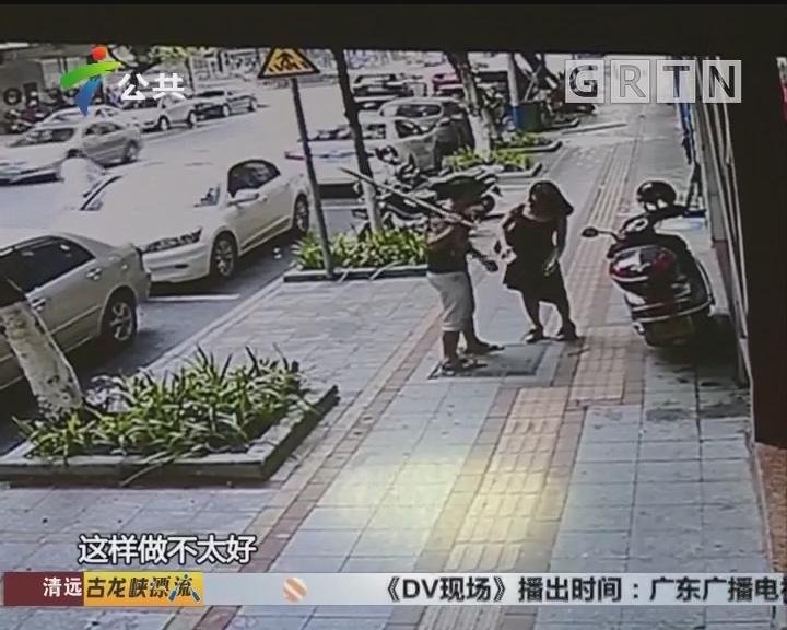 佛山:男子情绪激动 手中木棍被打断