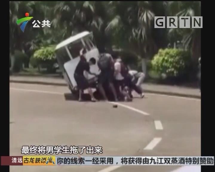 珠海:电瓶车撞上学生 同学齐心抬车救人