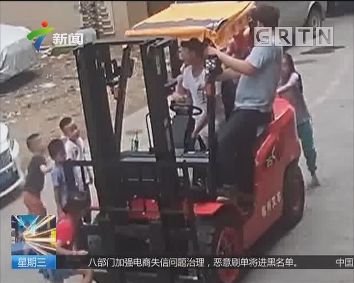 东莞长安:叉车开上路 调皮孩子站到叉臂上