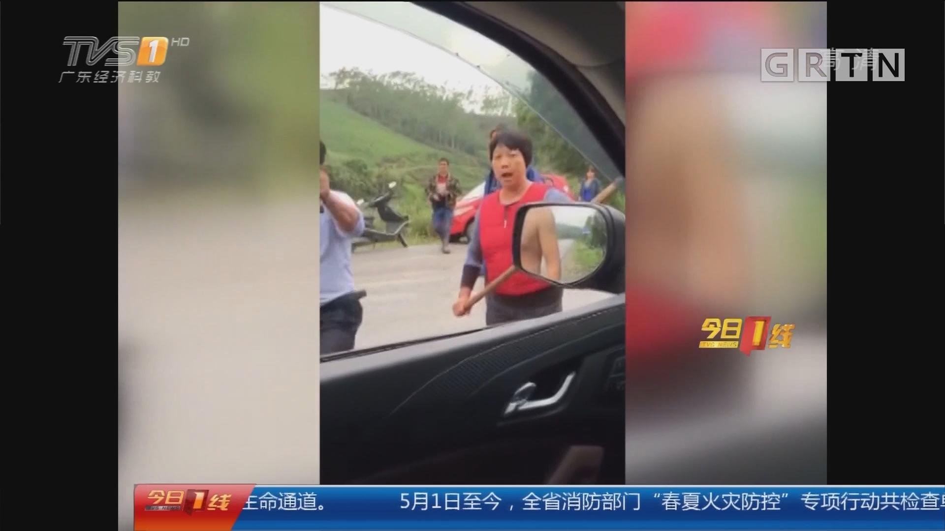 """广西:游客""""偷香蕉""""被村民围攻"""