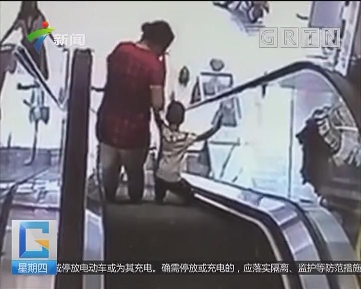 江门开平:孩子右脚被卡扶梯 多方紧急施救