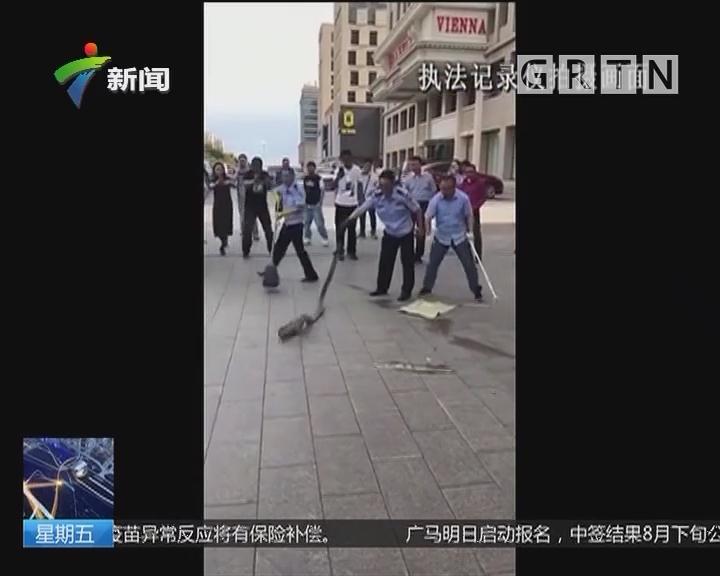 内蒙古:3米长大蟒蛇盘踞小轿车 民警果断处置