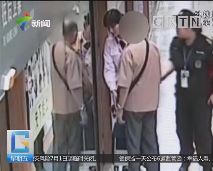西安:老人抢上地铁 阻挡屏蔽门关闭