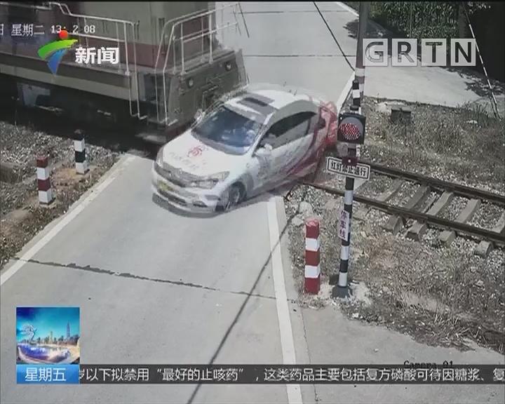 湖南湘潭:惊险瞬间 教练车闯铁道口撞火车