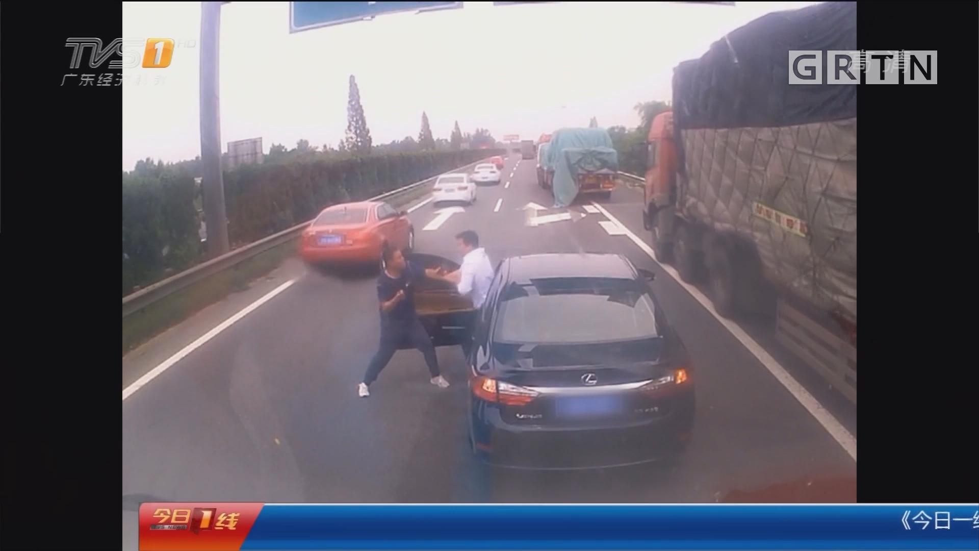 扬州:高速开斗气车 两司机路中央动手