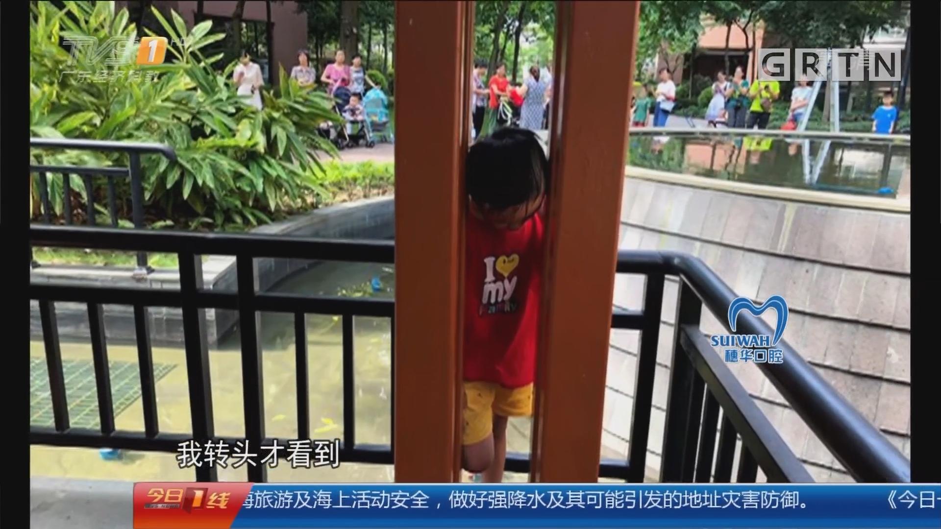 """广州花都:""""熊孩子""""头卡凉亭铁柱镂空间隙"""