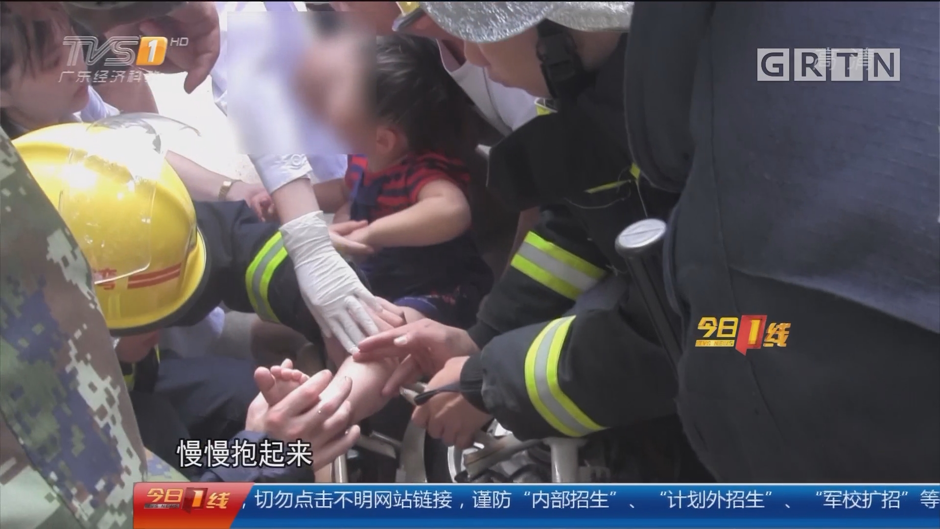 广州荔湾:小女孩脚卡电动车 消防员细心营救