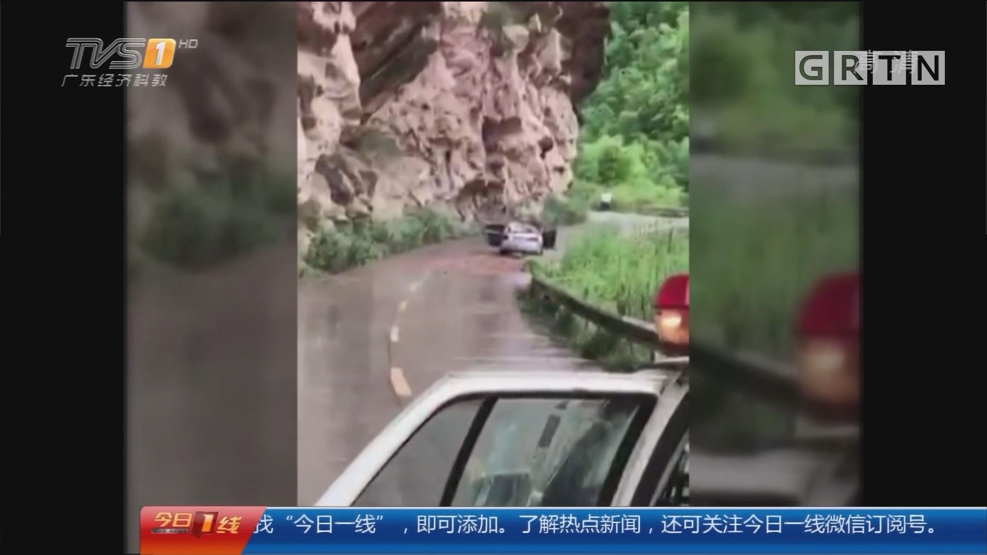 四川:落石砸车全记录 民警穿越险区救援