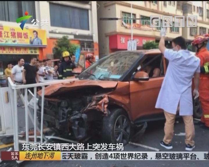 东莞:小车司机车祸被困 消防出动紧急救援