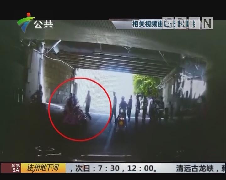 肇庆:乘客未带头盔 交警执法动作惹争议