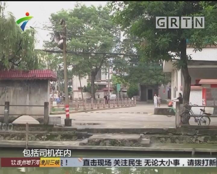 佛山:出租车冲入河涌 街坊合力救出乘客