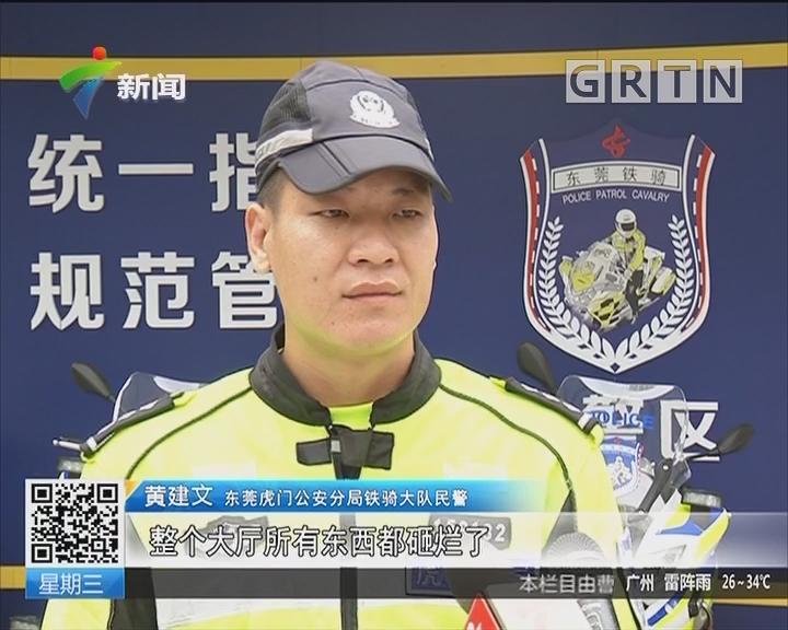 东莞:女子持刀挟持人质 民警徒手夺刀