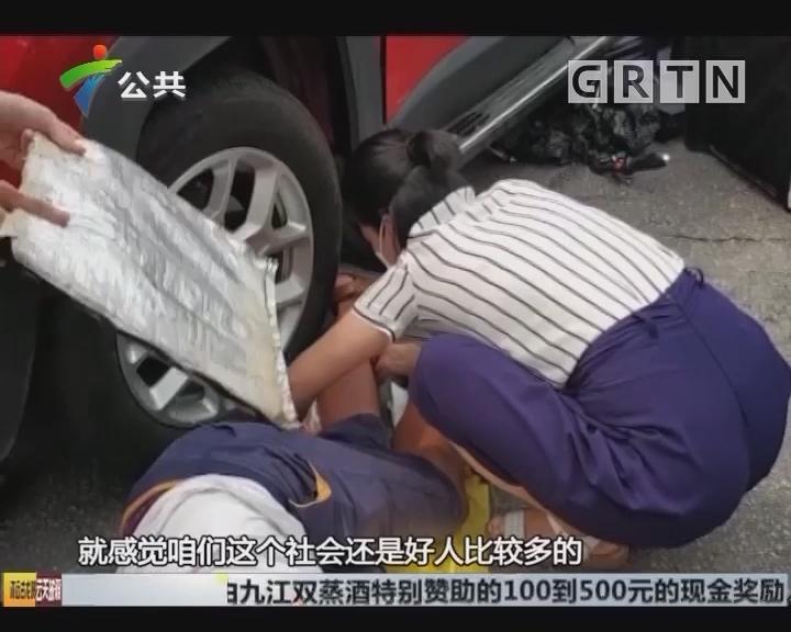 佛山:外卖小哥腿压车轮下 路人合力救出