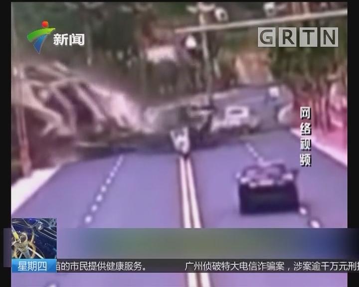 四川雅安:山体垮塌砸向公路 视频记录惊险一幕
