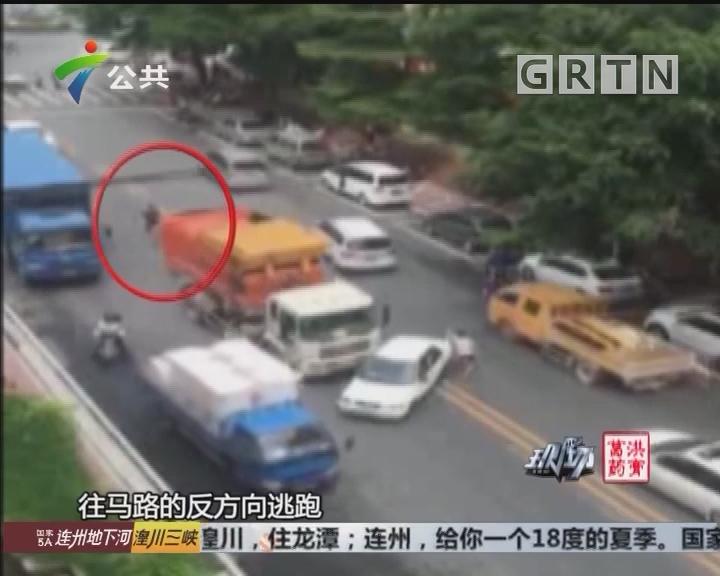 肇庆:路怒司机逼停垃圾车 被警方迅速抓获