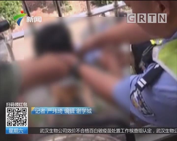 儿童安全:江门开平 男童头卡防盗网外 身体悬空随时坠落
